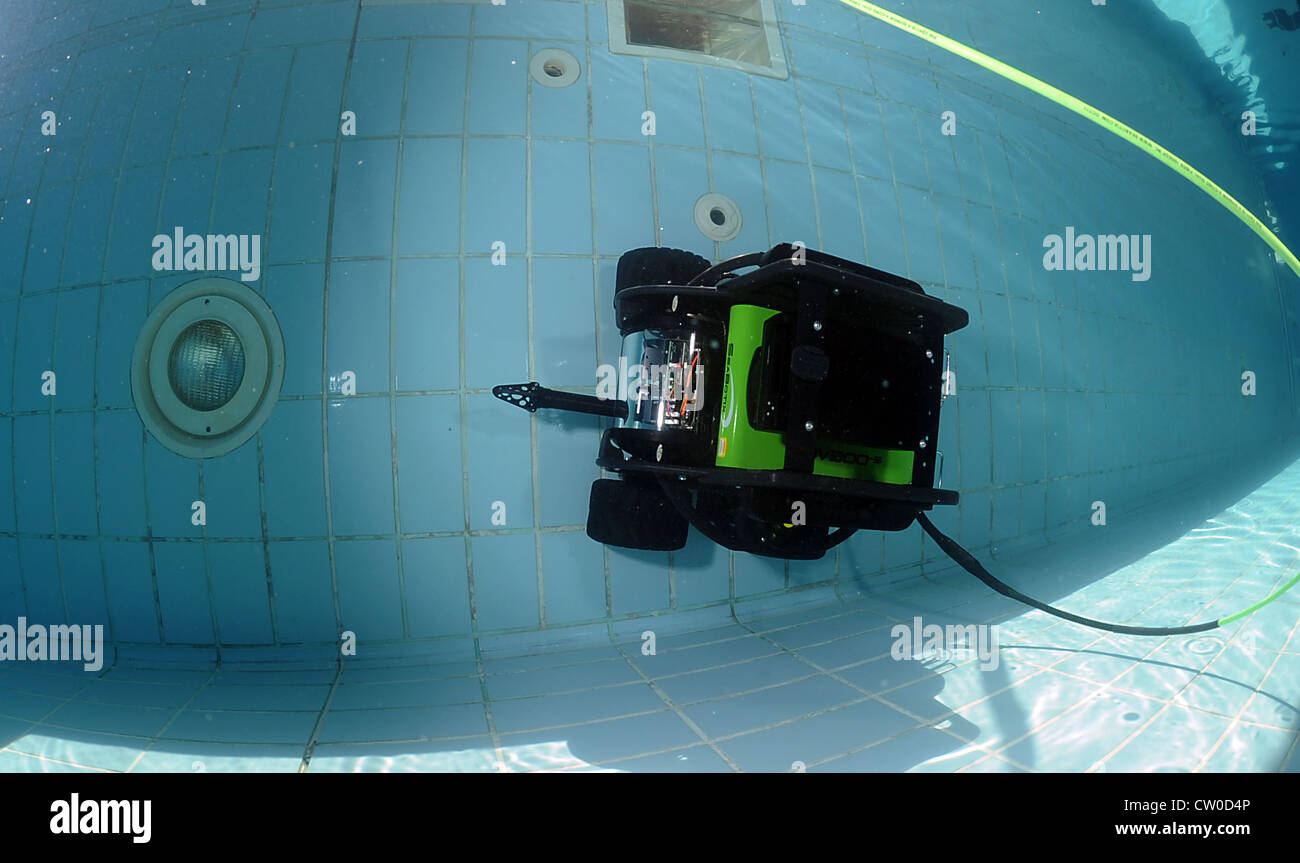 Explosive Ordnance Disposal Units (EODMU) 1, 11 and 12 conduct pool tests of the SEABOTIX underwater reconnaissance - Stock Image