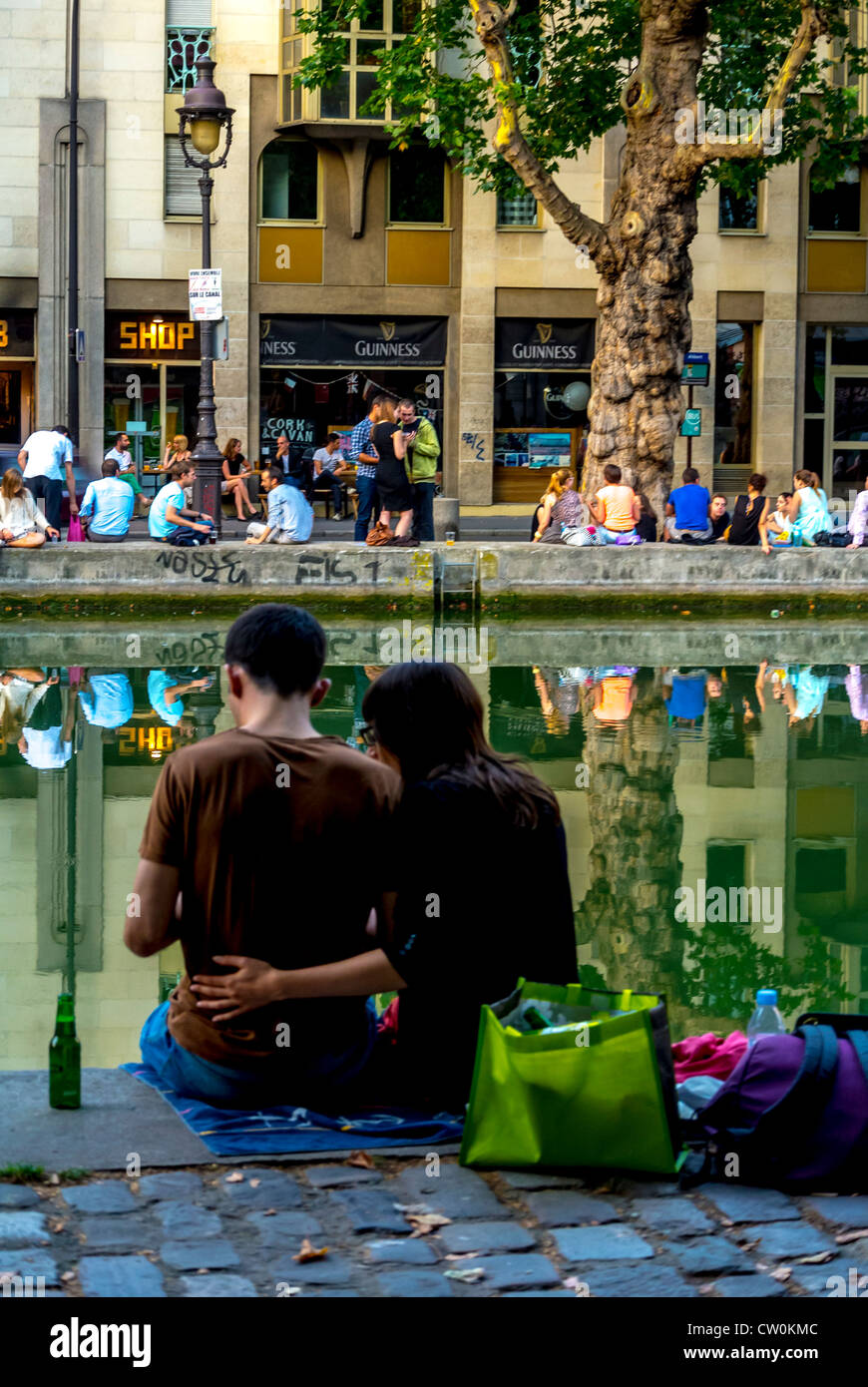 Paris, France, Romantic Young Couple Sitting, Relaxing on the Canal Saint Martin - Stock Image