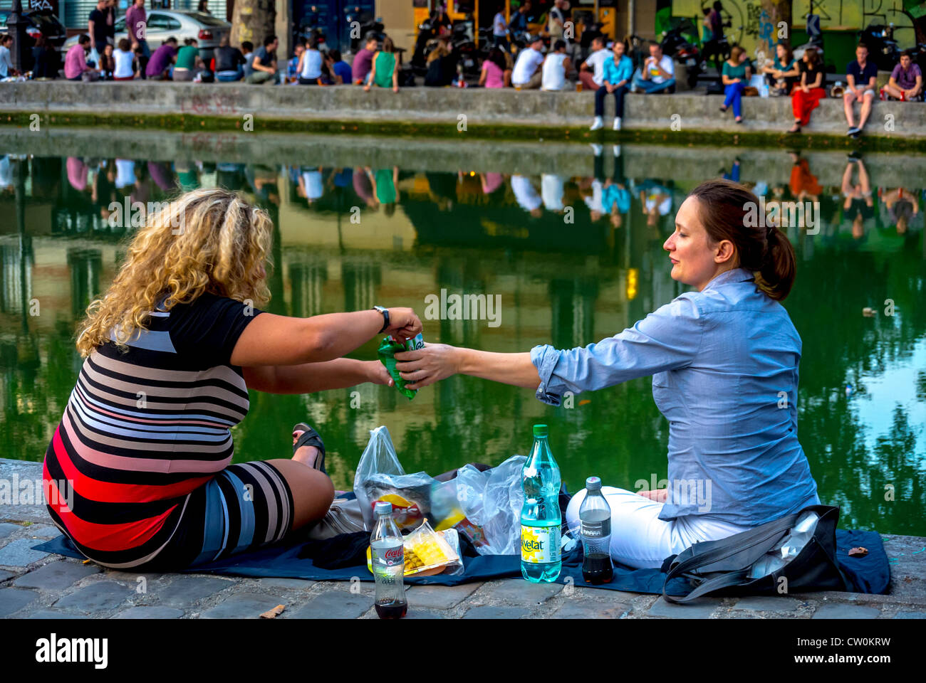 """Paris, France, French Women Picnicking, Sharing Drinks Outside,  on the """"Canal Saint Martin"""" Stock Photo"""