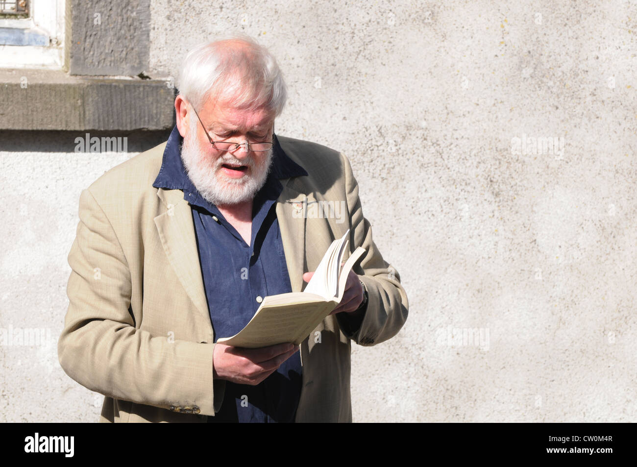 Michael Longley, CBE, reading one of his poems at the 3rd Feis Teamhra at the Hill of Tara, Ireland - Stock Image