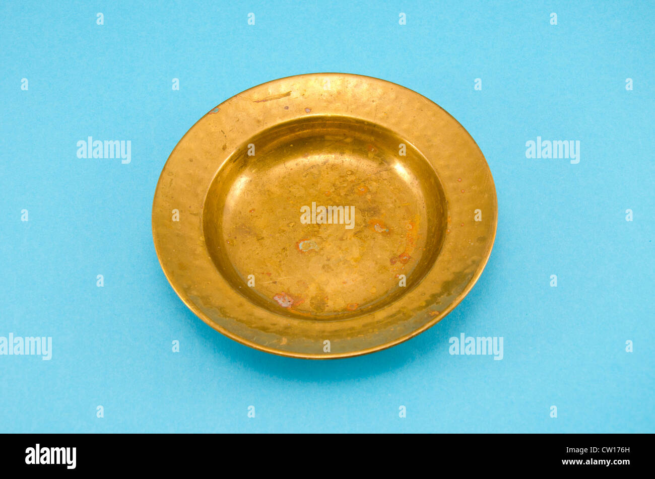 ancient and empty brass plate on azure background - Stock Image