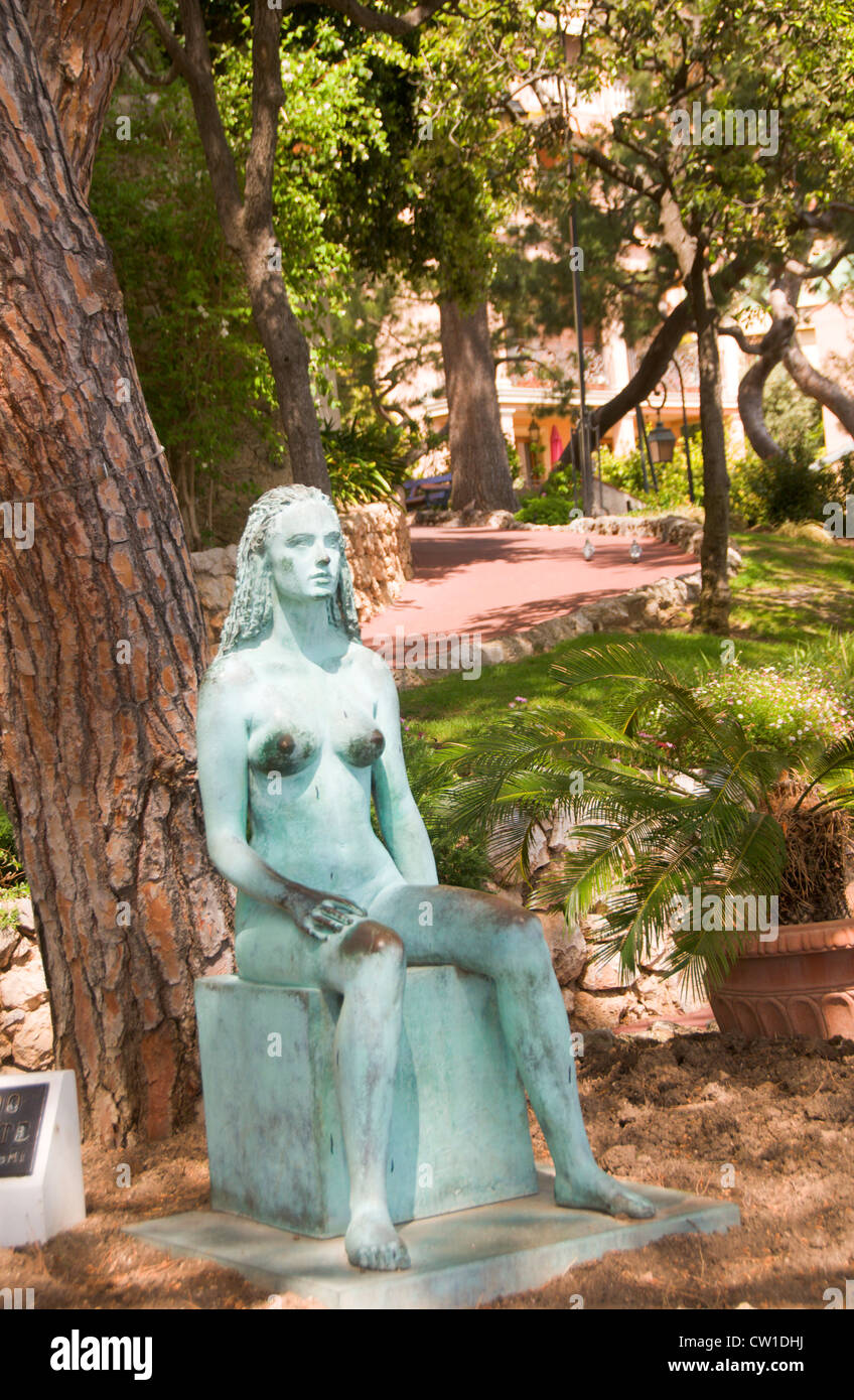 grande nudo di adolescente statue in park monte carlo Monaco Stock Photo
