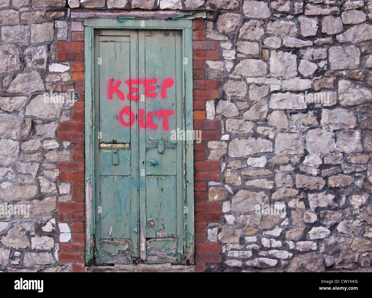 Makeshift warning sign forbidding entry to a derelict site in Bristol, England - Stock Image