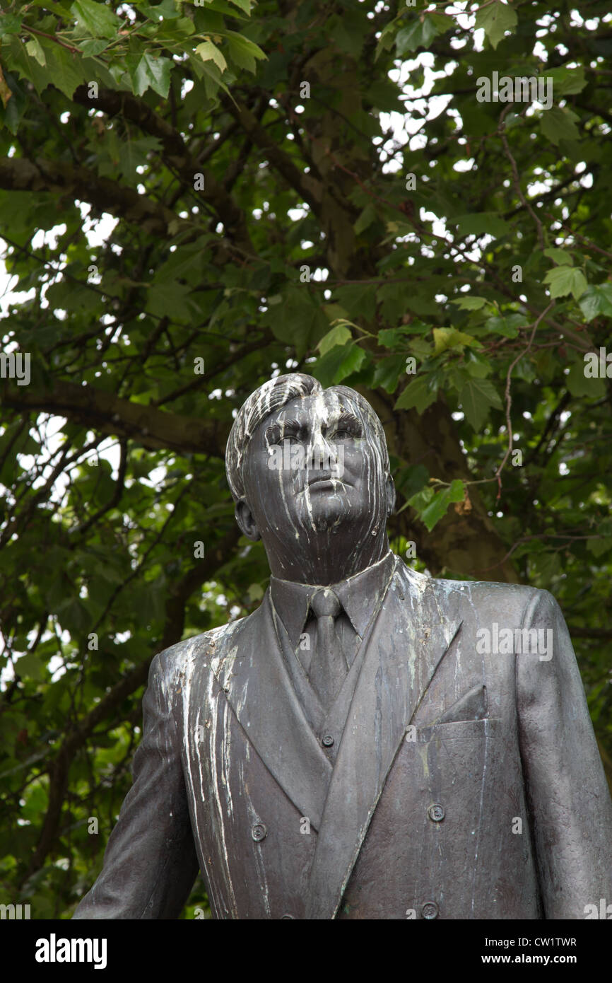 Statue of Aneurin Bevan, architect of the NHS in Cardiff city centre, replete with copious bird droppings and mess - Stock Image