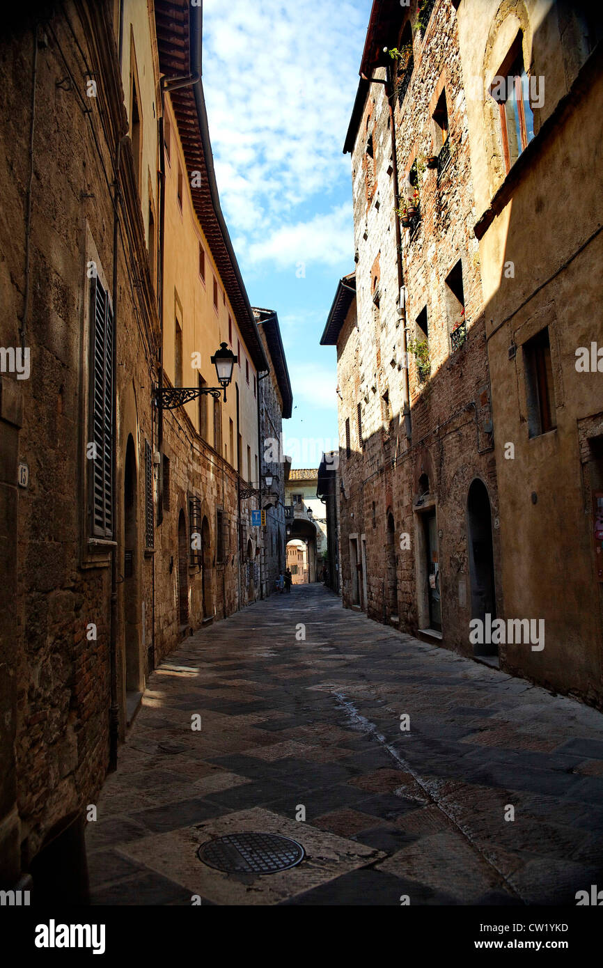 Narrow alley Colle di Val d'Elsa, Tuscany, Italy - Stock Image