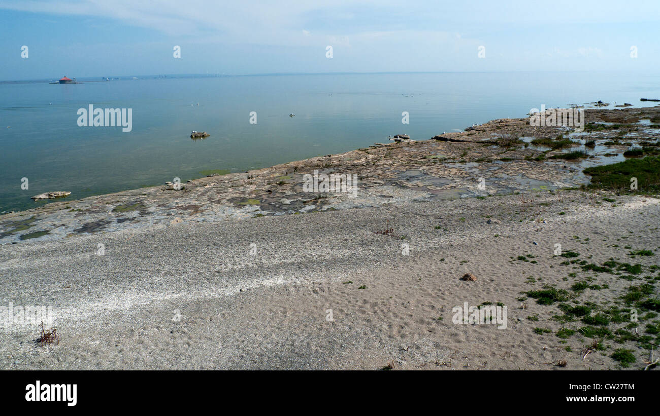 A view of the shore and pump house on the horizon Lake Erie at Fort Erie, Ontario, Canada  KATHY DEWITT - Stock Image