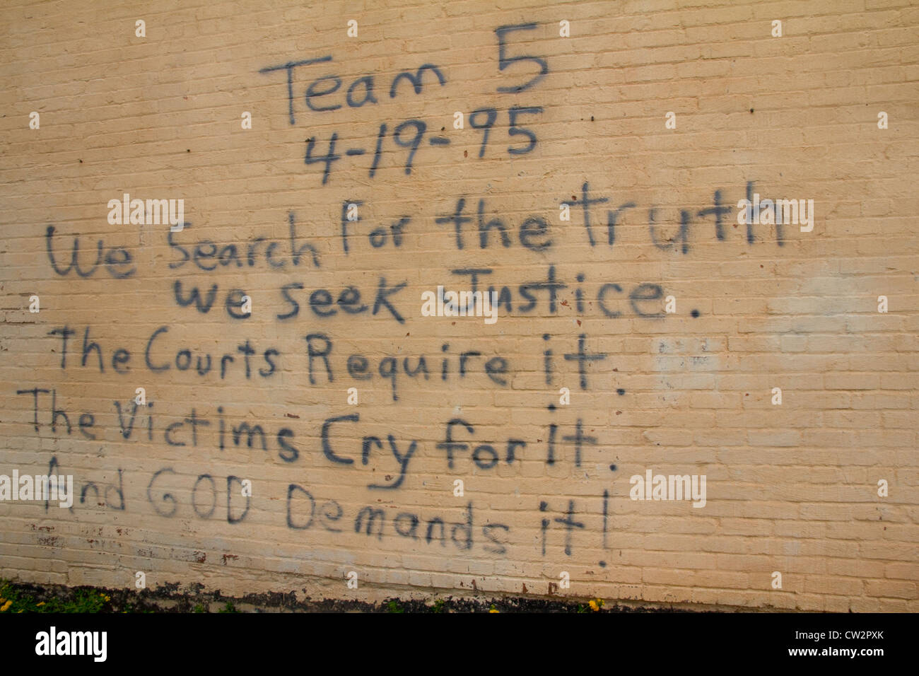 Inscription scrawled by rescuers on wall of Journal Record Building, day of the tragic 1995 bombing in Oklahoma Stock Photo