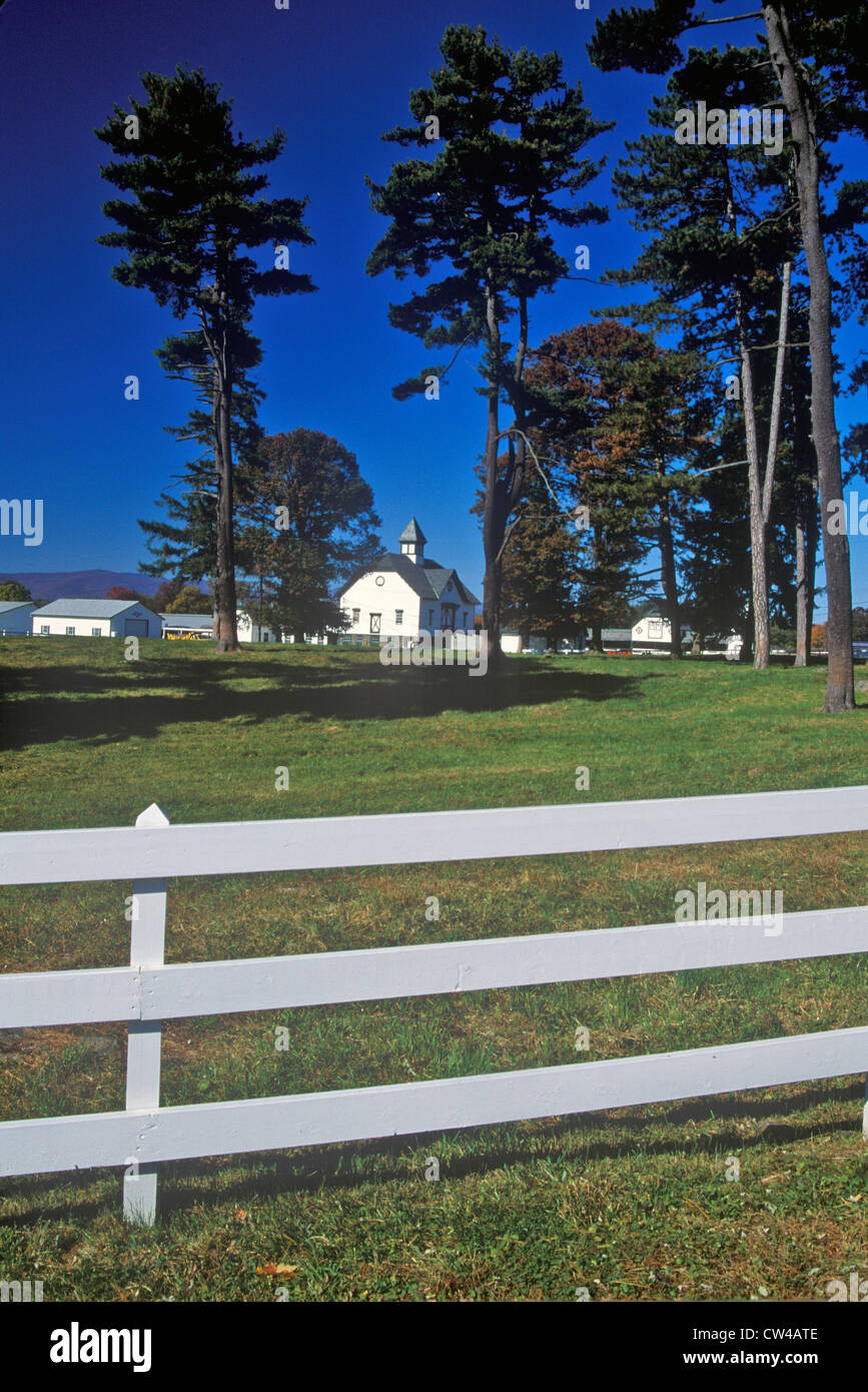 Long view of a Dutch Barn on Simmons Farm, Route 103, NY - Stock Image