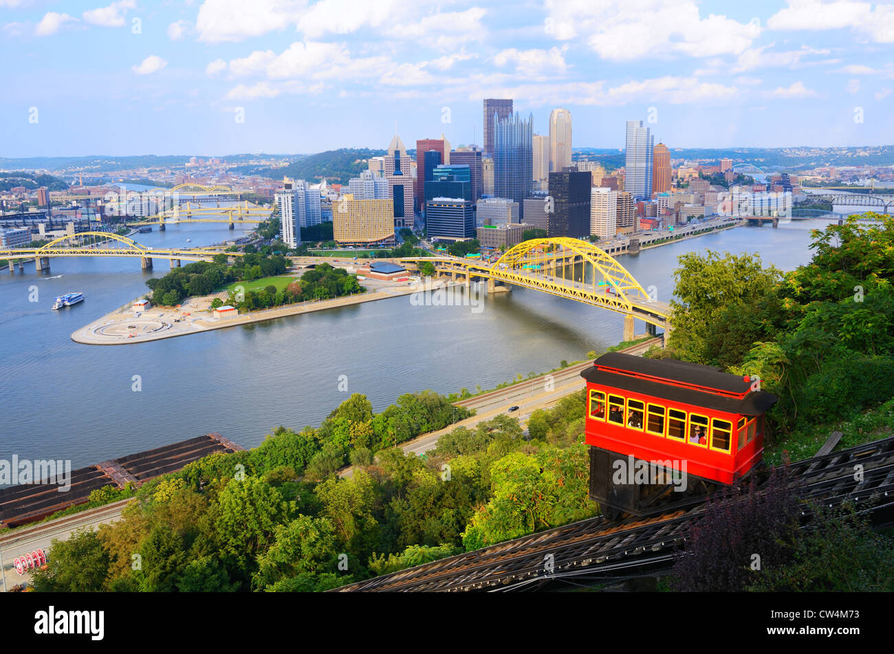 Incline operating in front of the downtown skyline of Pittsburgh, Pennsylvania, USA. - Stock Image