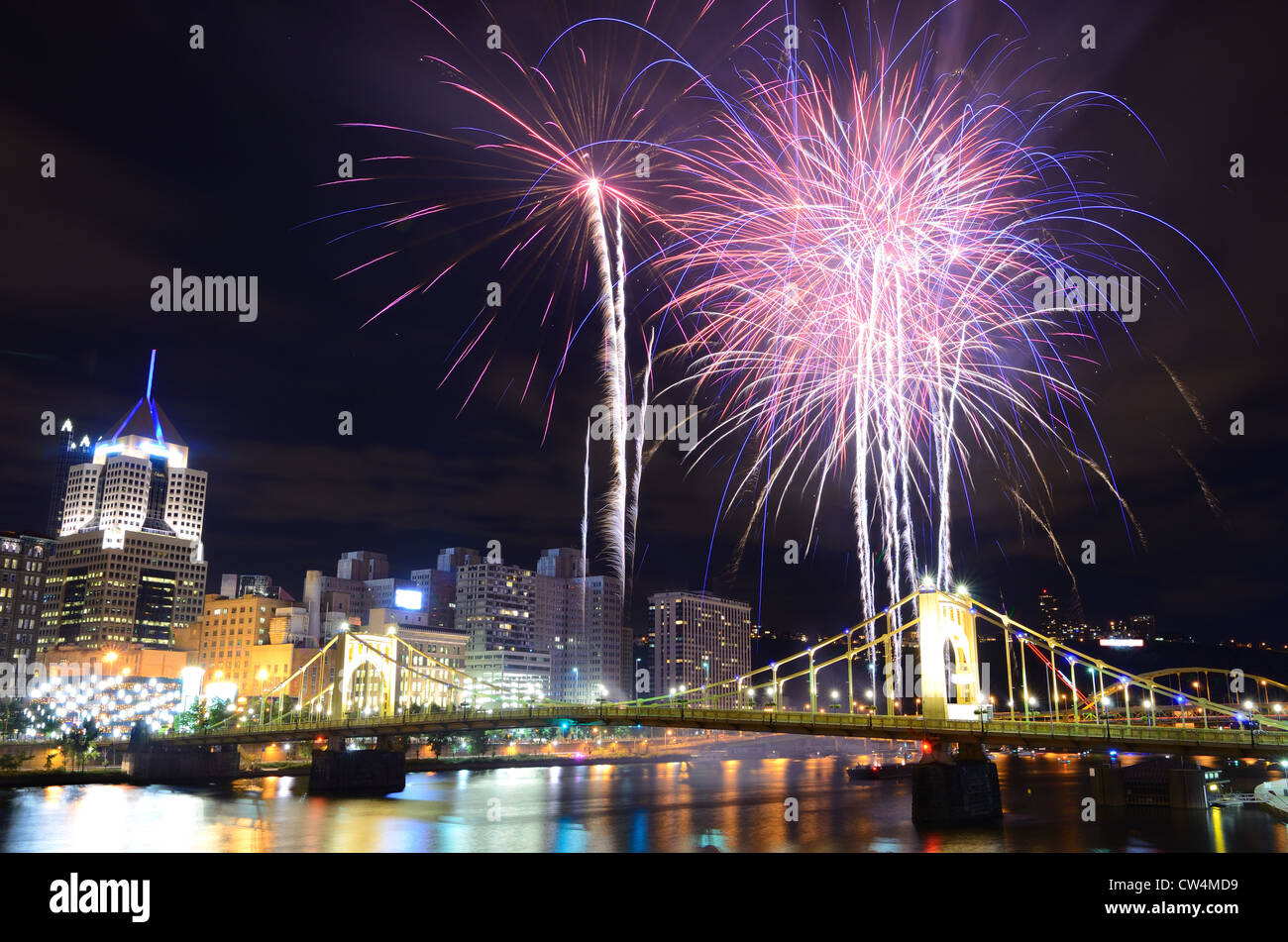 Fireworks on the Allegheny river in downtown Pittsburgh, Pennsylvania, USA. - Stock Image