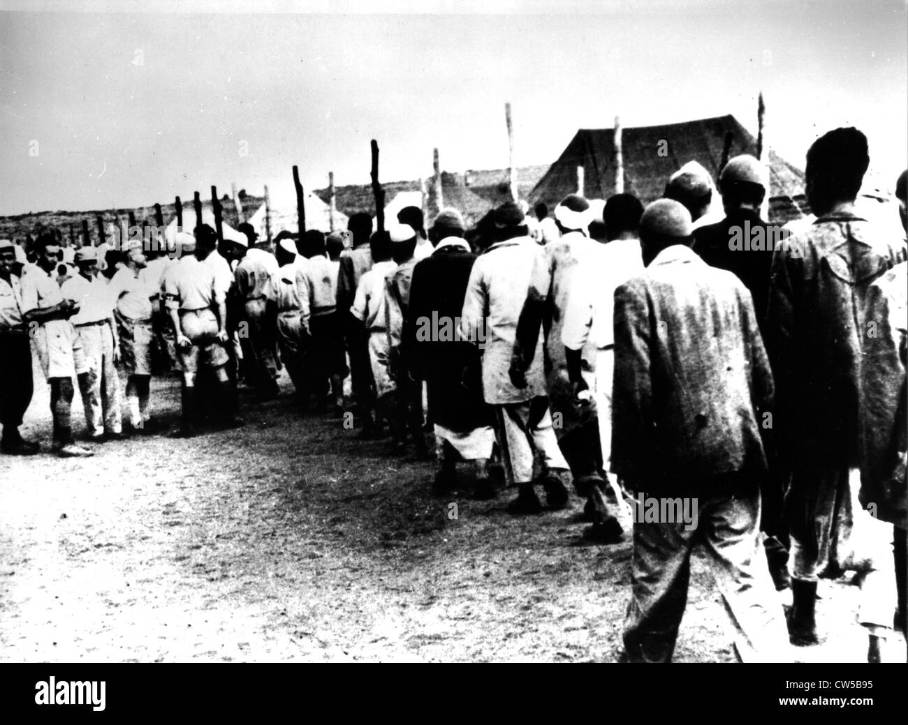 Arab prisoners in an Israeli camp. To the left, Israeli officers - Stock Image