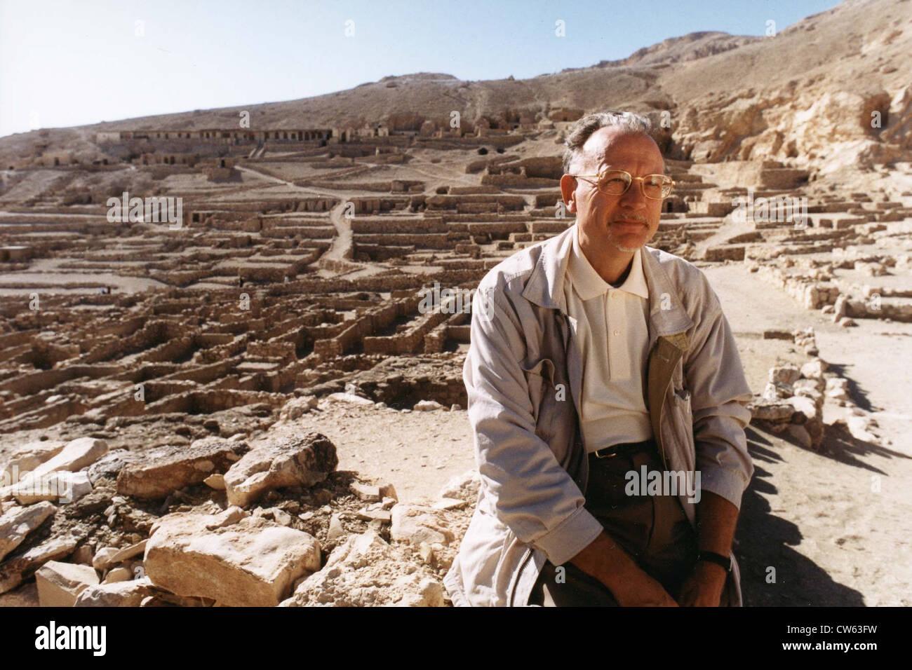 Christian Jacq on Dayr al Madinah site - Stock Image