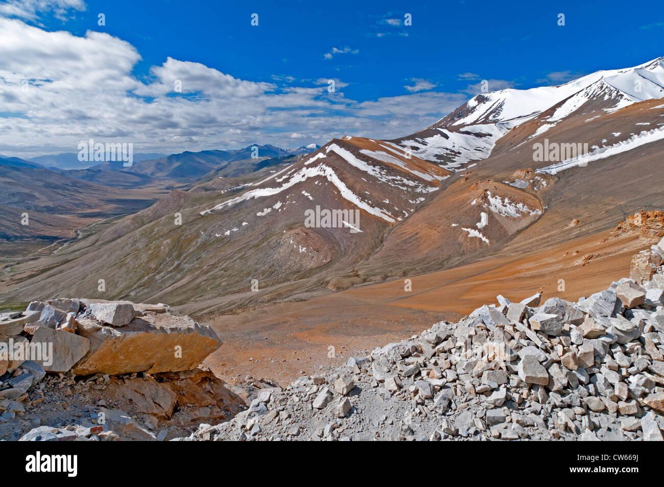 A scenic overlook on the Manali-Leh Highway near Taglangla Pass in the Zanskar Range in Ladakh, India - Stock Image