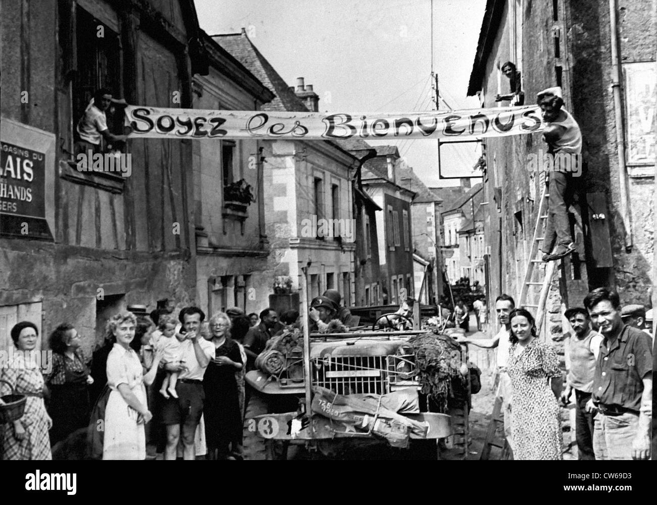 French civilians greet US troops in Grez-Neuville (France) on August 9,1944 - Stock Image
