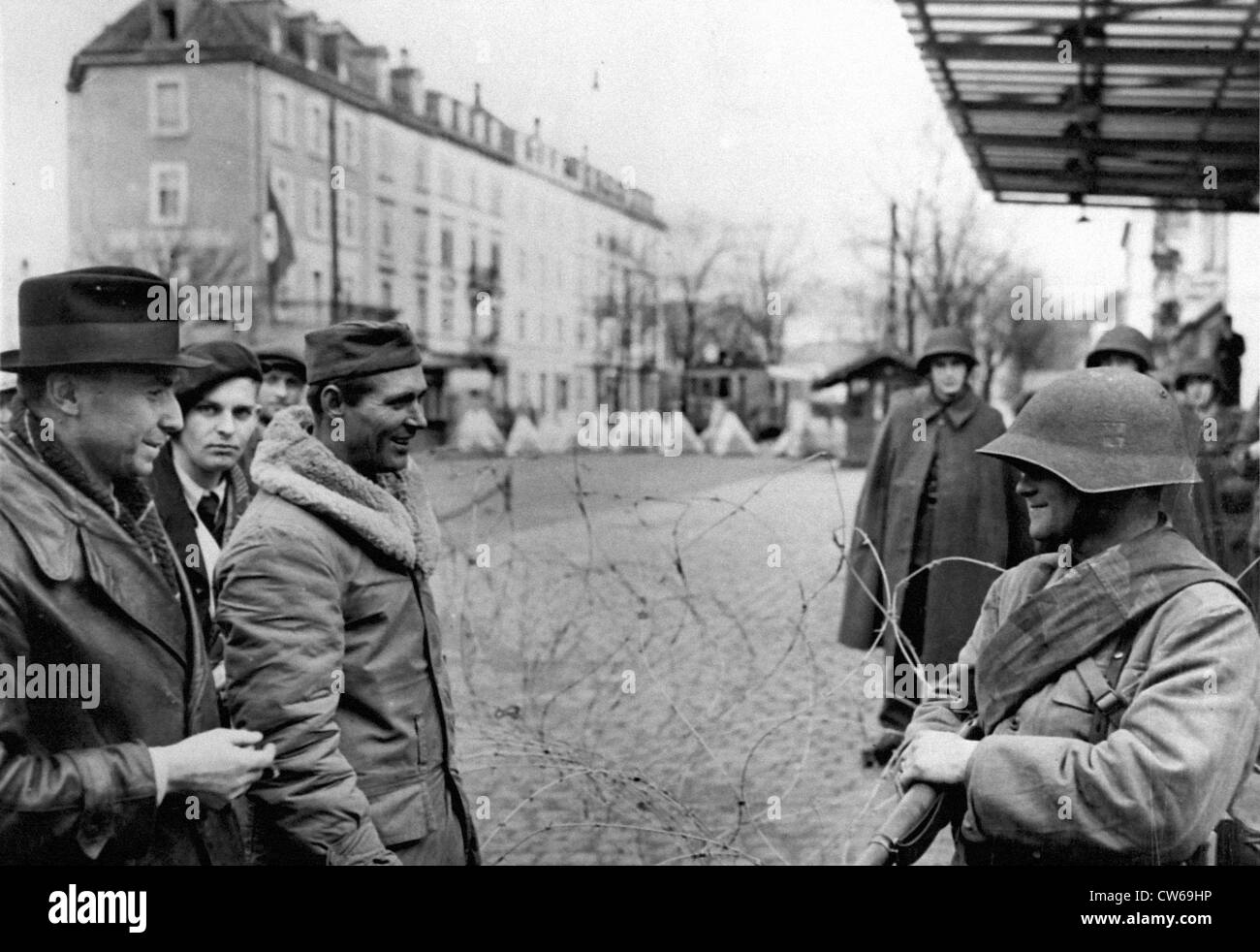 A U.S soldier talks with a Swiss Guard at St Louis (France) Fall 1944. - Stock Image