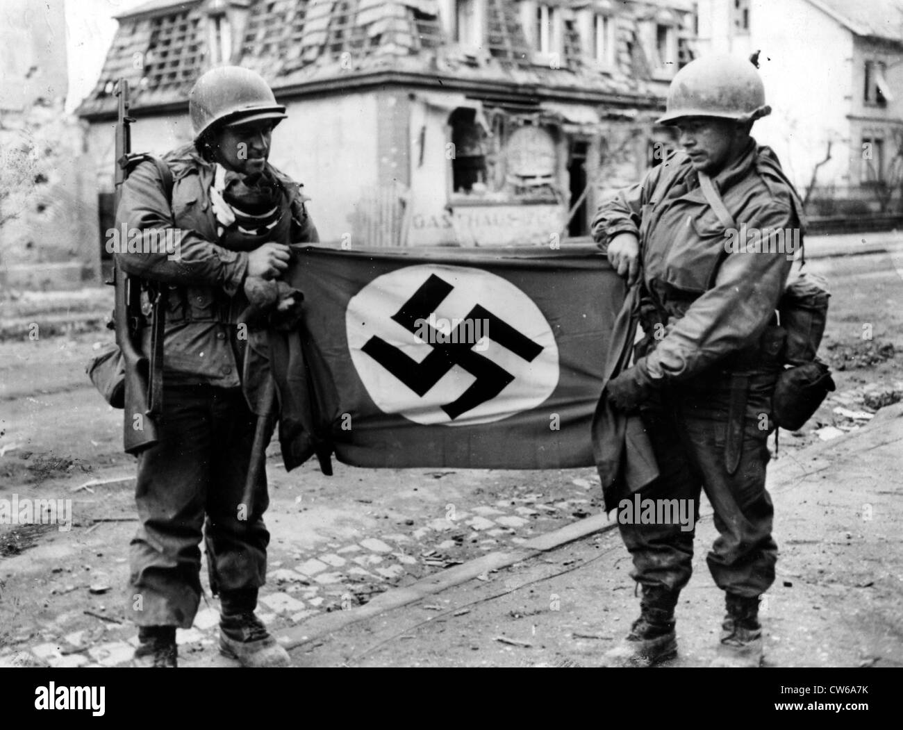 U.S soldiers show Nazi flag found in Haguenau (France) December 10,1944 Stock Photo