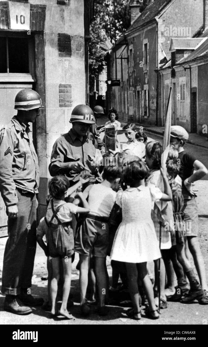 French children scramble around U.S soldier in Orleans (France) August 1944 - Stock Image