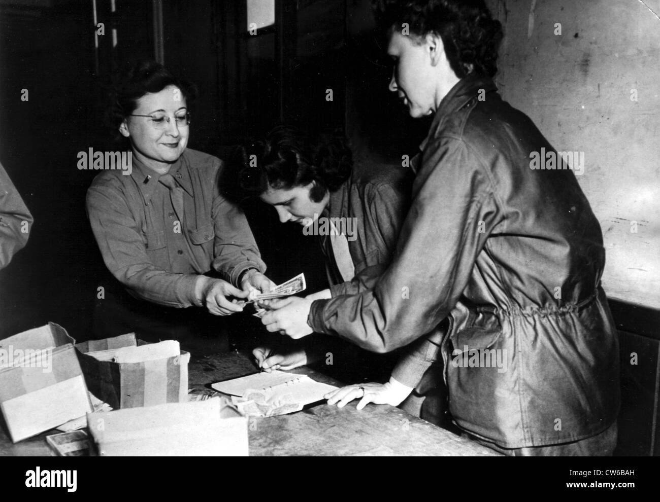 U.S. WAC officer issues French money (England), 1944 - Stock Image