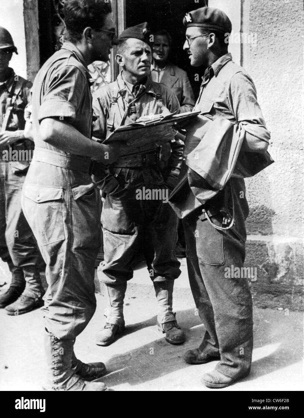 Two French officers talk to a British officer in Ecouche, summer 1944 Stock Photo