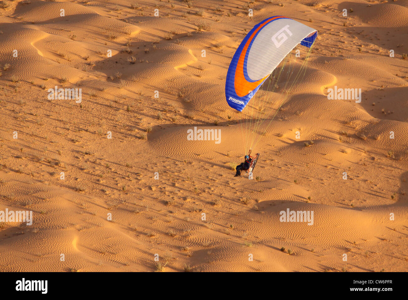 Paraglider Over The Sahara, Tunesien   Stock Image