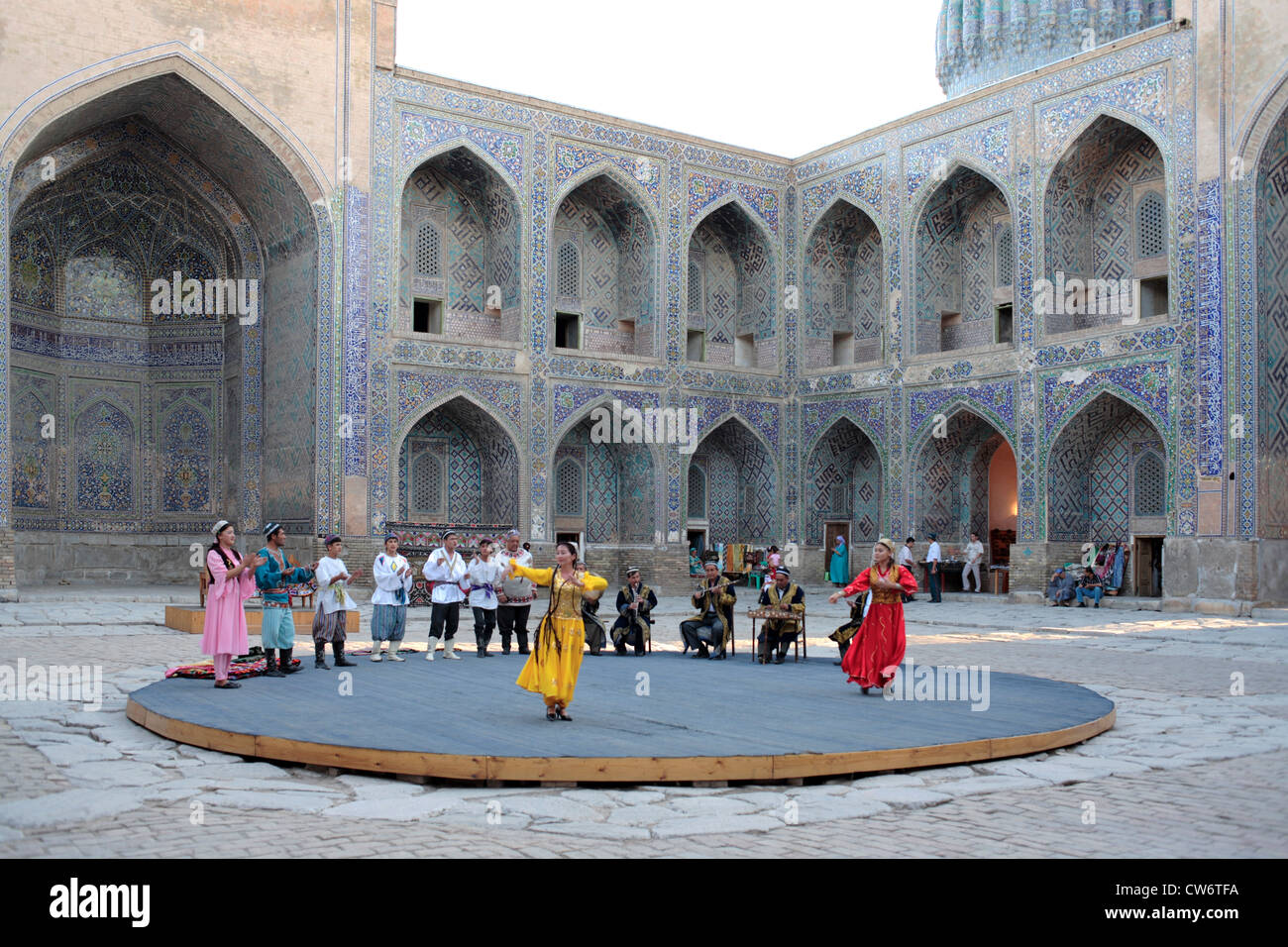 bek folk show in the yard of Sher Dor Madrasah, Uzbekistan, Sarmakand - Stock Image