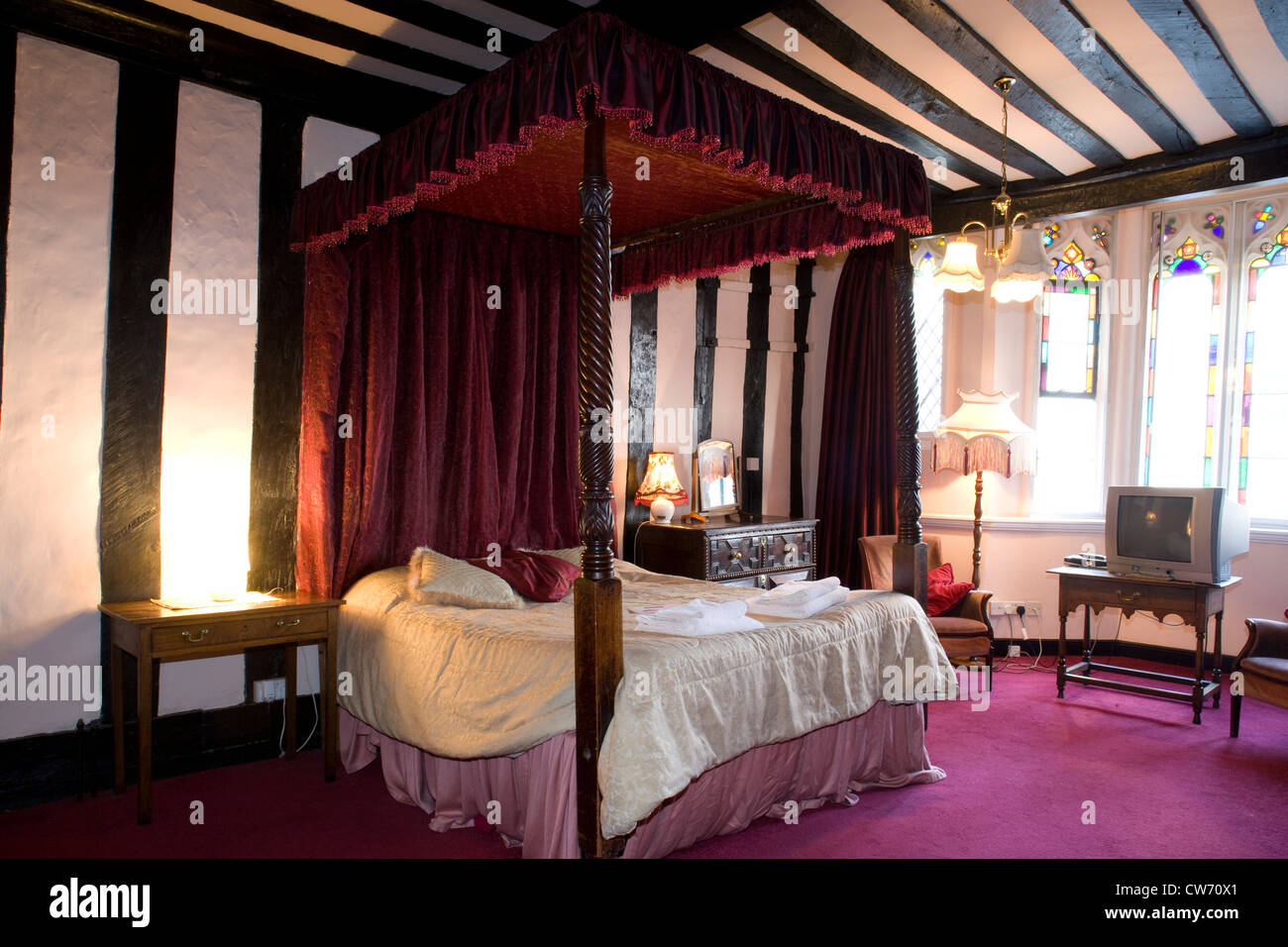 Glastonbury: The George and Pilgrim Inn - room with four-poster bed - Stock Image