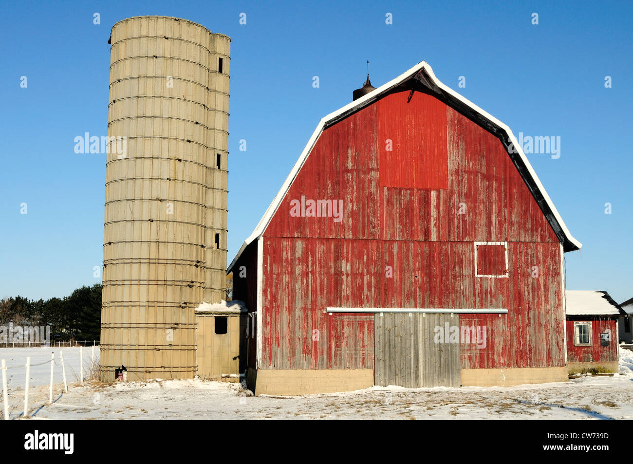 USA Illinois Winter scene Midwestern farm well-weathered red barn winter landscape - Stock Image