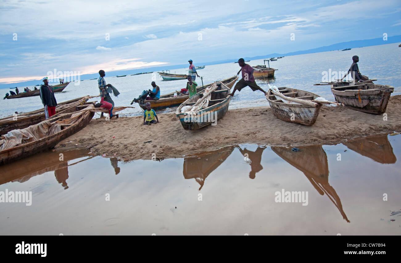 children playing on fishing boats at Lake Tanganyika, Burundi, Makamba - Stock Image