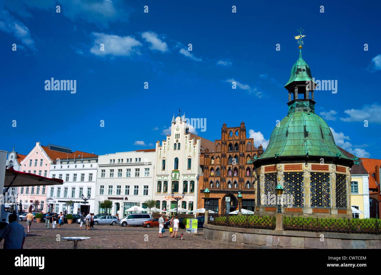 market place with Wismarer Wasserkunst, Germany, Mecklenburg-Western Pomerania, Wismar - Stock Image