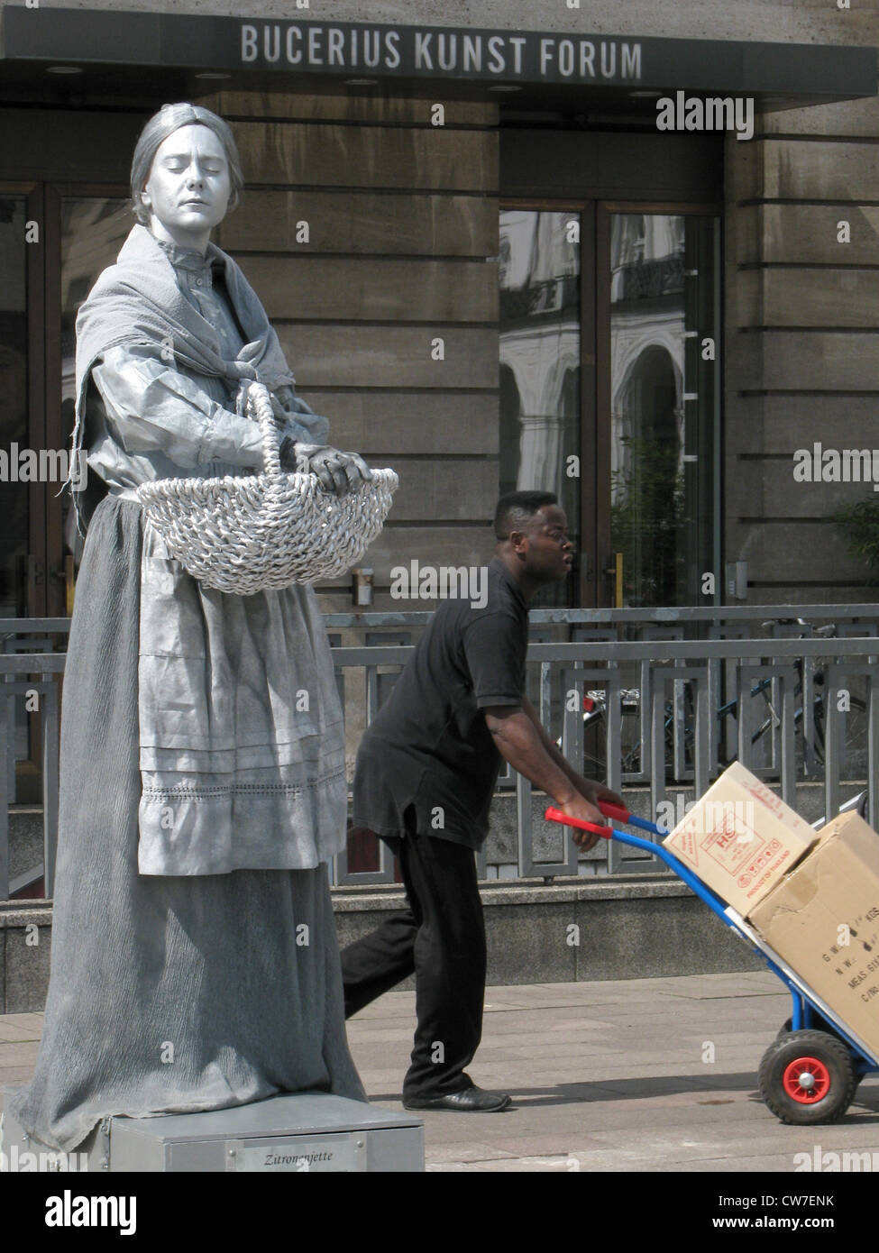 Artist portraying sculpture in front of the Bucerius Art Forum on