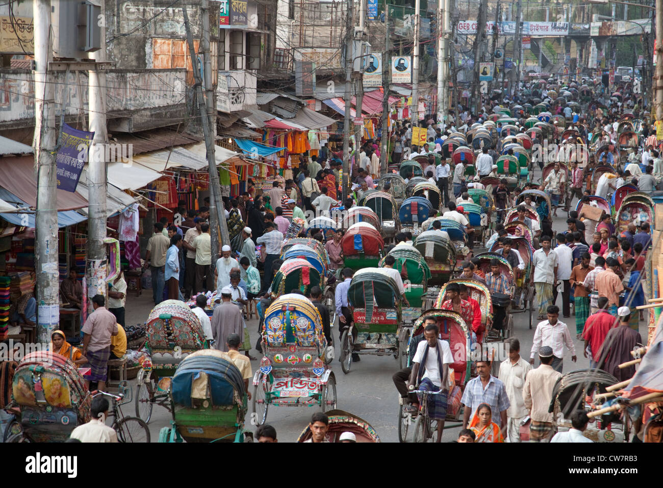 A street crowded with rickshaws and people in Old Dhaka, Bangladesh - Stock Image