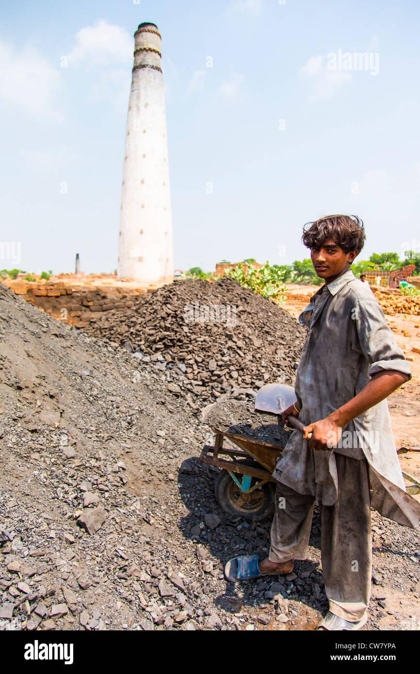 Feeding the fire, brick works in Punjab Province, Pakistan - Stock Image