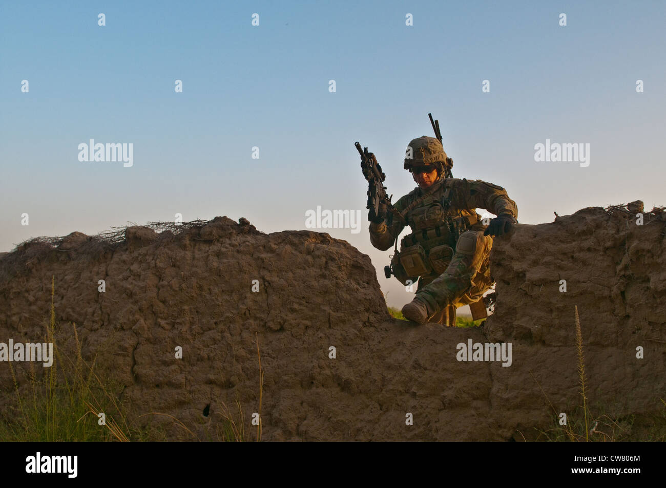 Pfc. Rodney Heater a soldier with 2nd Platoon, Apache Company, 1st Battalion, 23rd Infantry Regiment, makes his - Stock Image