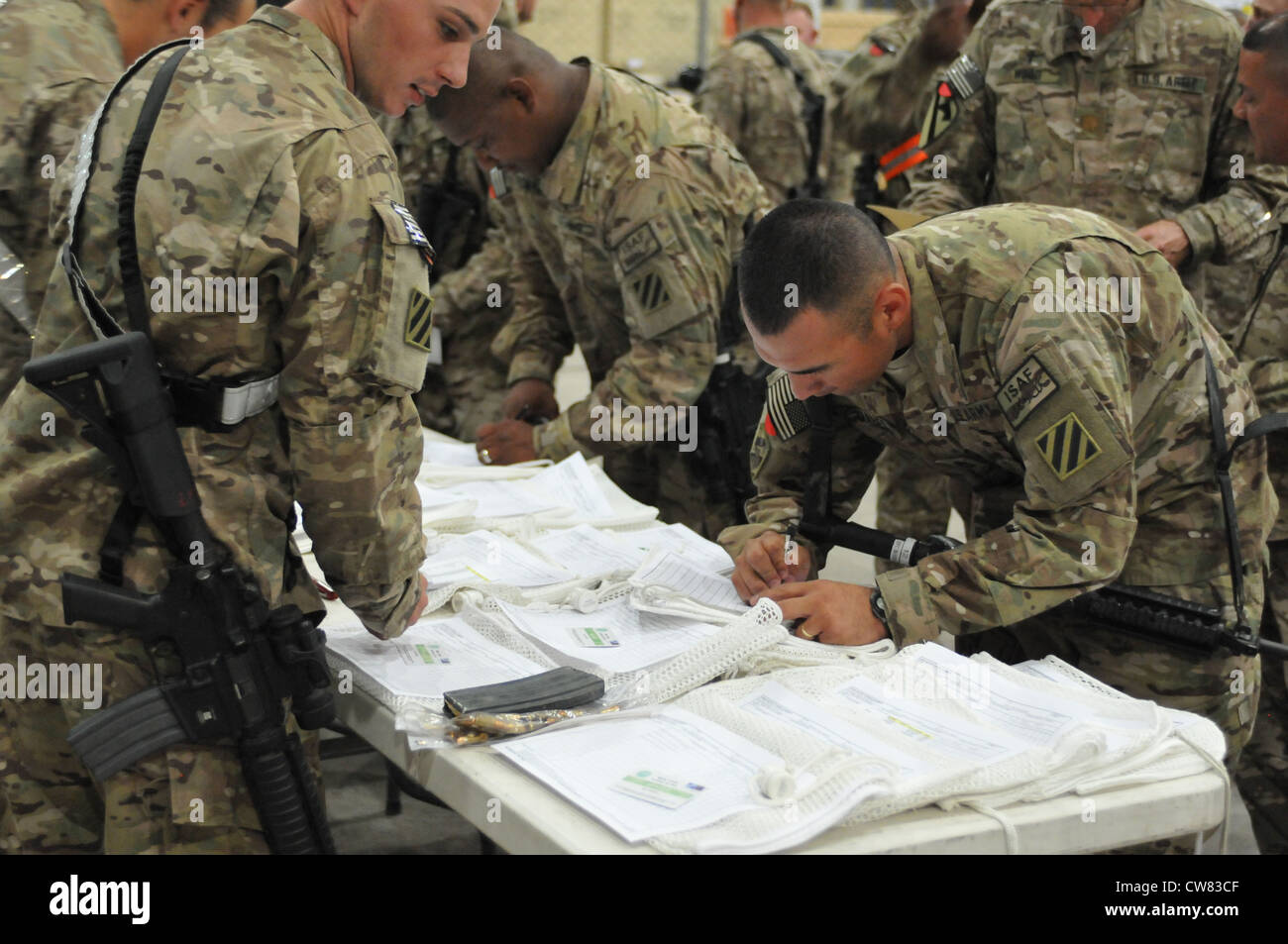Third Infantry Division Soldiers from Headquarters and Headquarters Battalion, stationed on Fort Stewart, Ga., sign - Stock Image