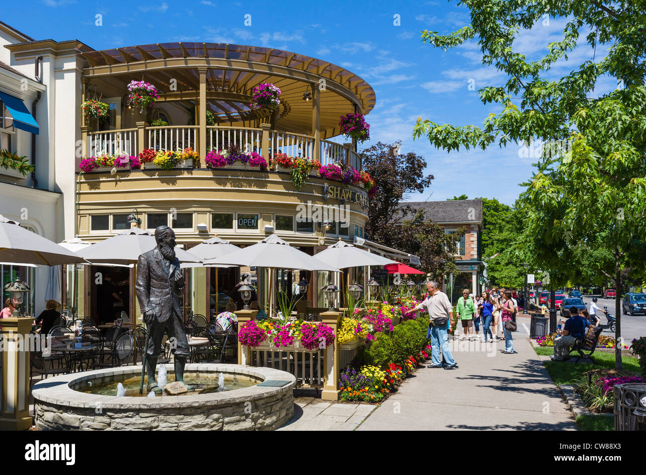 Statue of George Bernard Shaw outside the Shaw Cafe on Queen Street, Niagara-on-the-Lake, Ontario, Canada - Stock Image