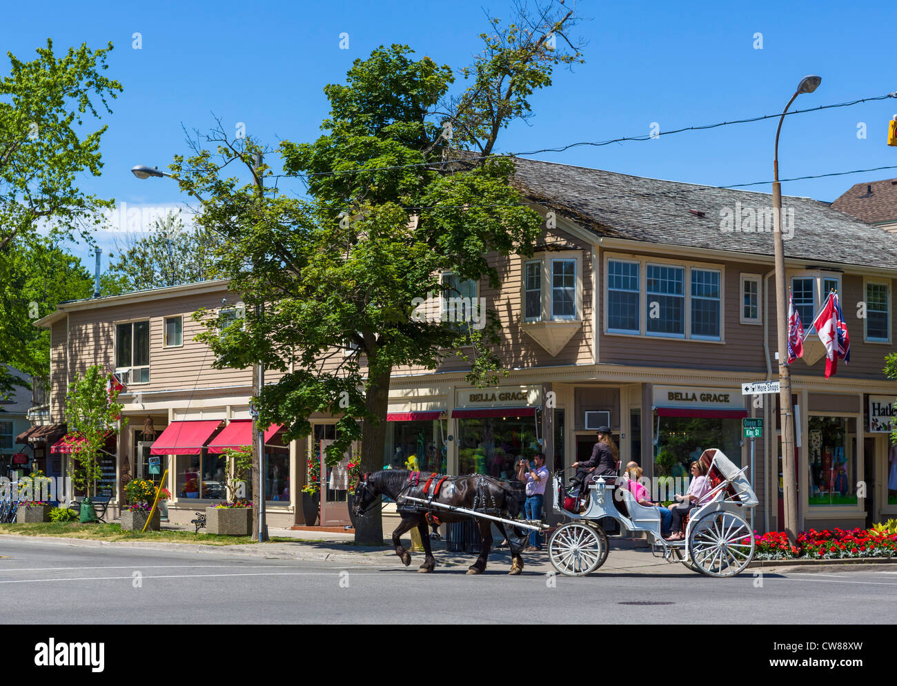 Horse and carriage in front of shops at the intersection of King and Queen Streets, Niagara-on-the-Lake, Ontario, - Stock Image