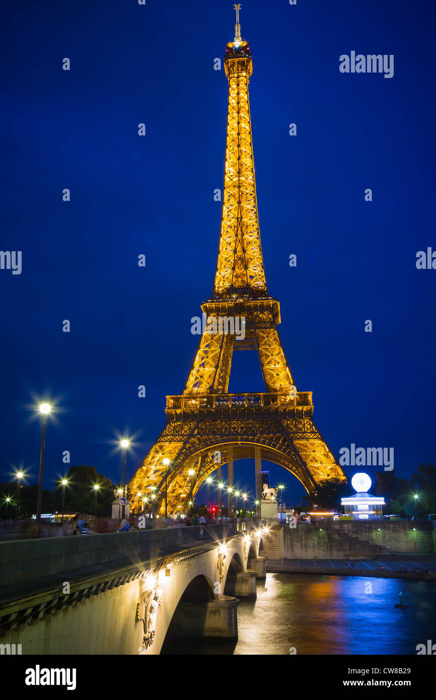 The Eiffel Tower and River Seine in Paris at night - Stock Image