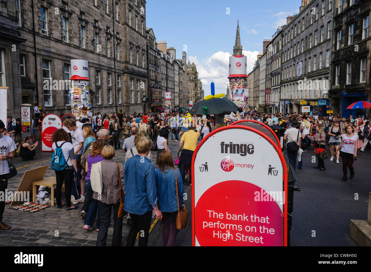 Crowds on the Royal Mile during the Edinburgh Festival with acts from the Fringe performing for free - Stock Image