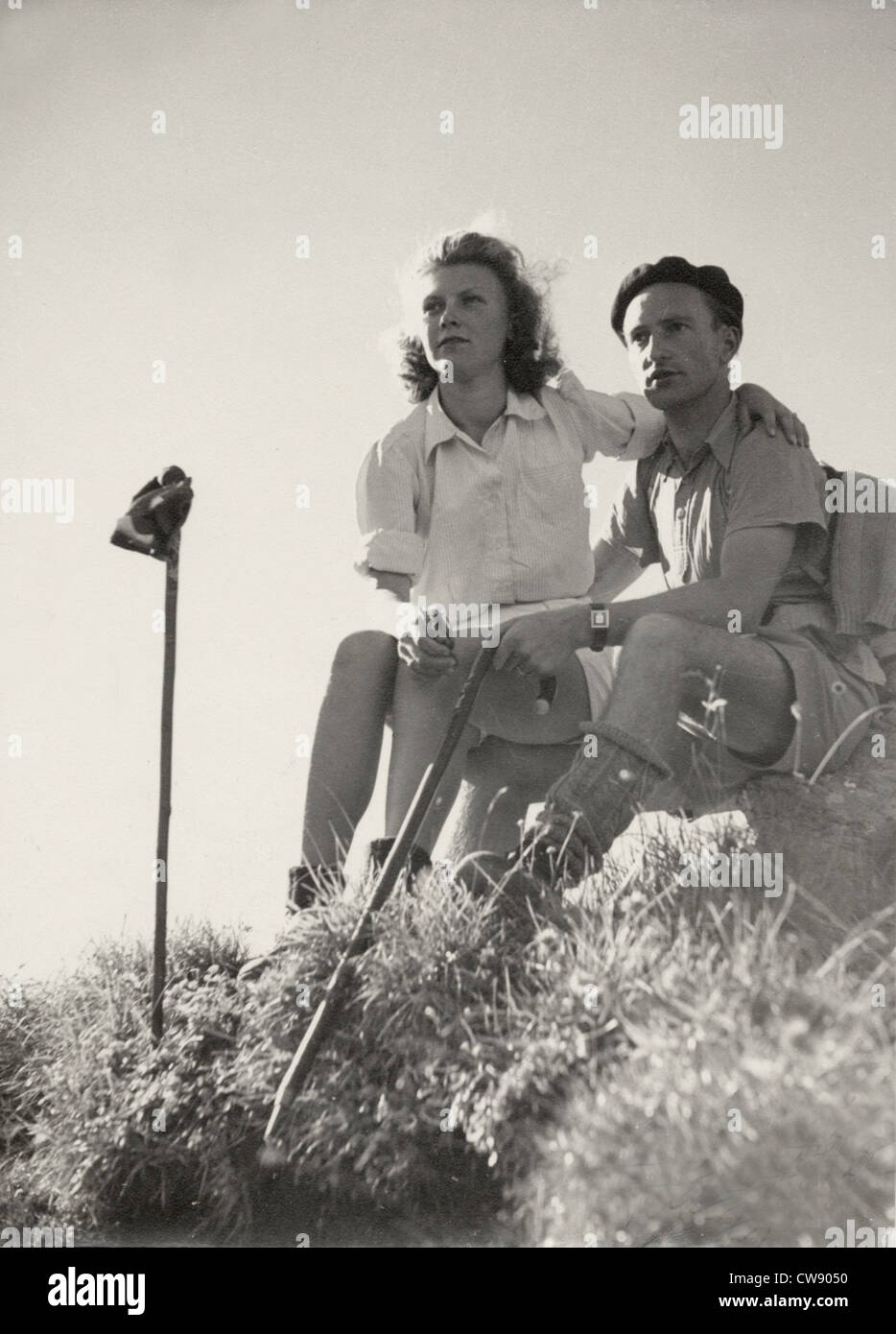 A couple of hikers in the '60s - Stock Image