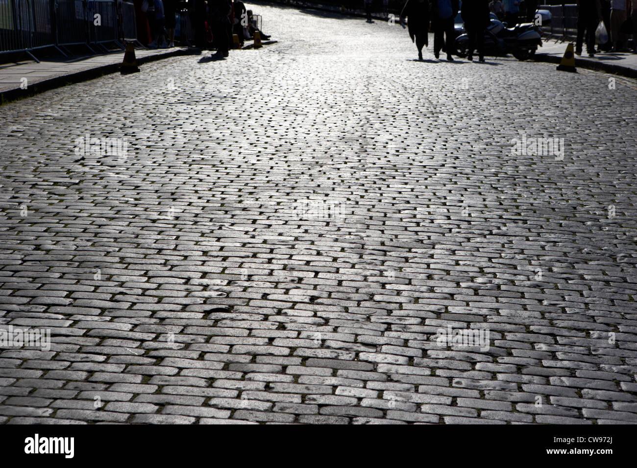 cobblestoned street on the royal mile edinburgh scotland uk united kingdom - Stock Image