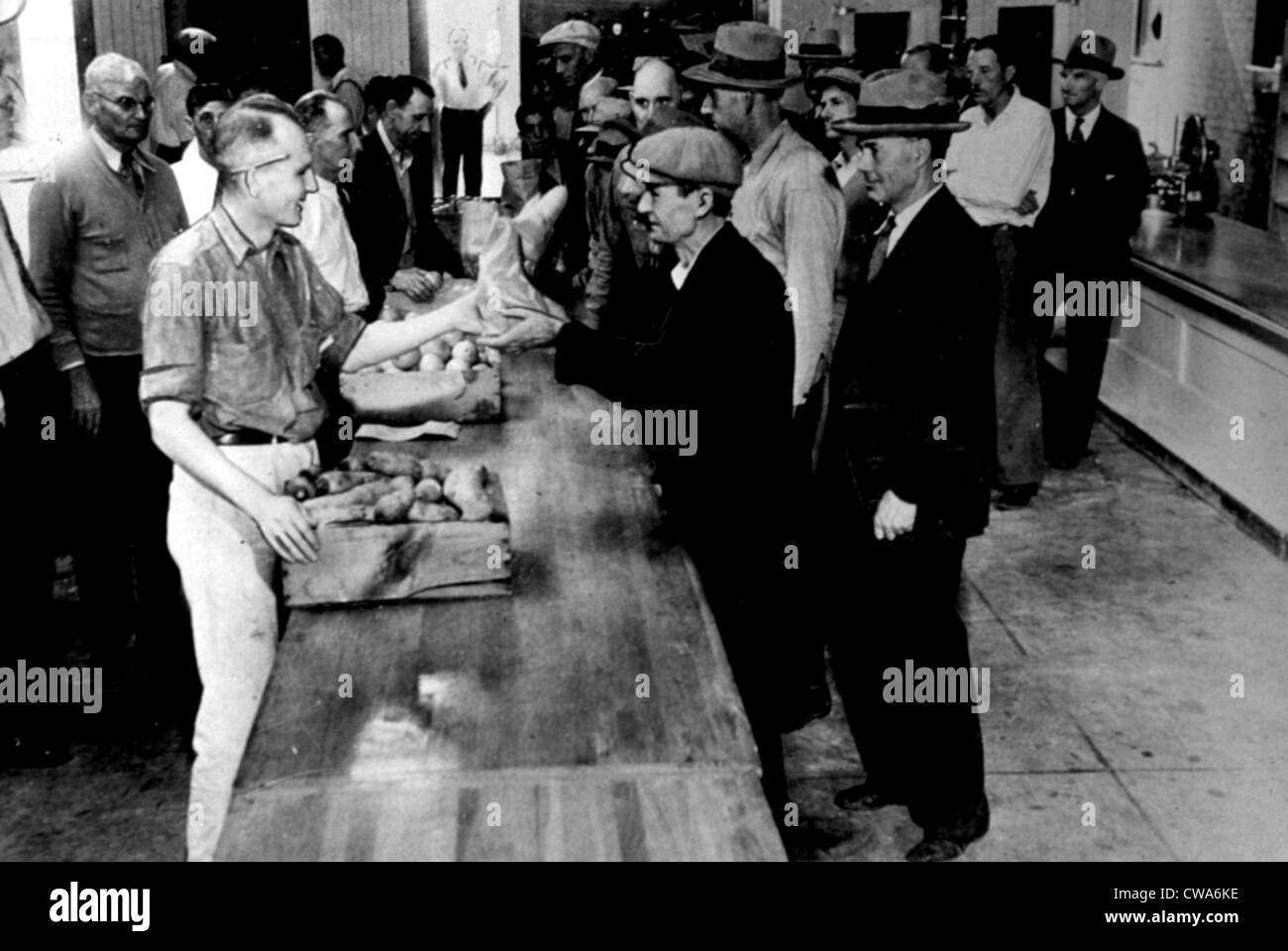 LA County Relief Agency gives out food during the Great Depression, 1930s. Courtesy: CSU Archives / Everett Collection - Stock Image