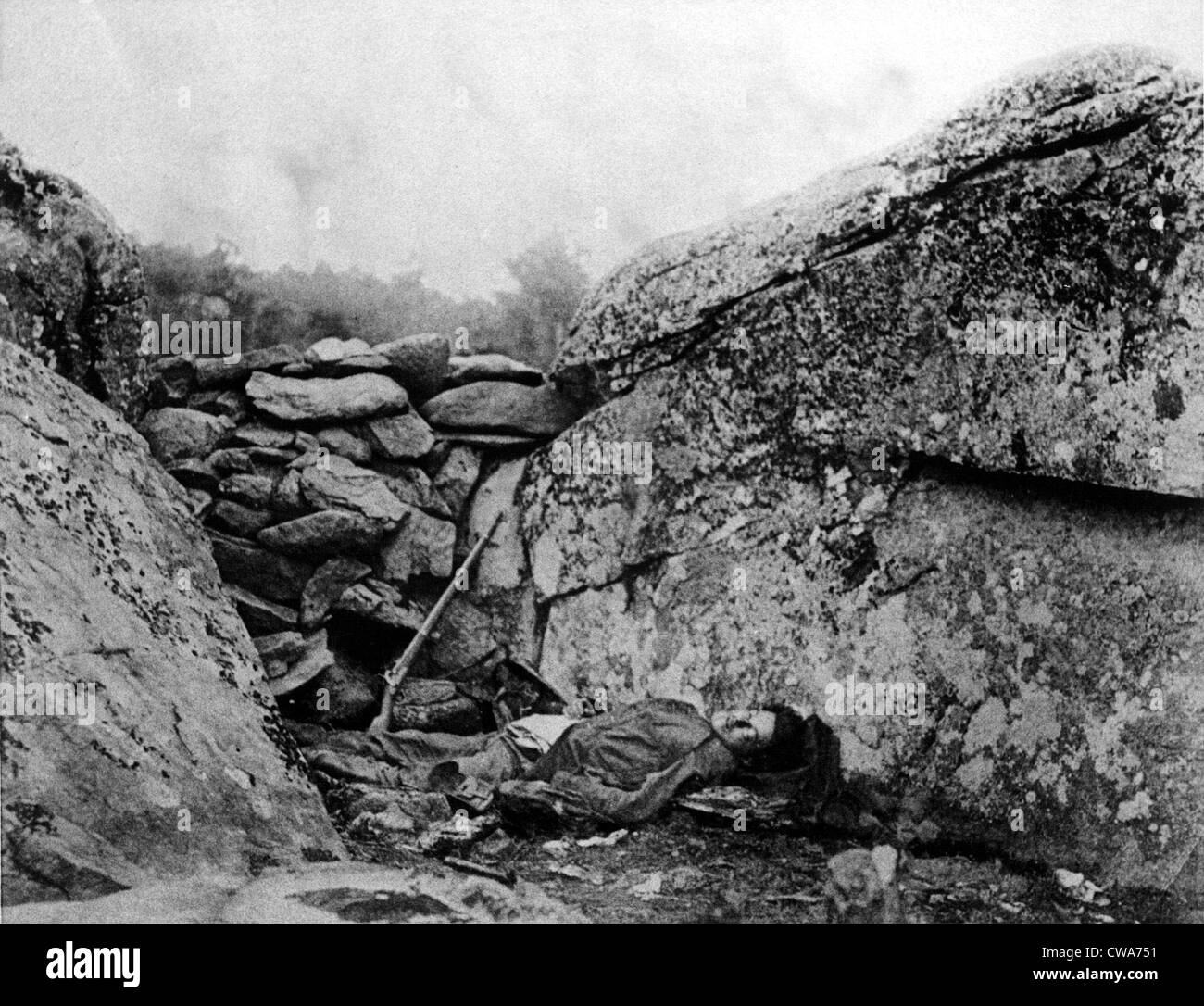BATTLE OF GETTYSBURG-The body of a sharpshooter at his post.. Courtesy: CSU Archives / Everett Collection - Stock Image