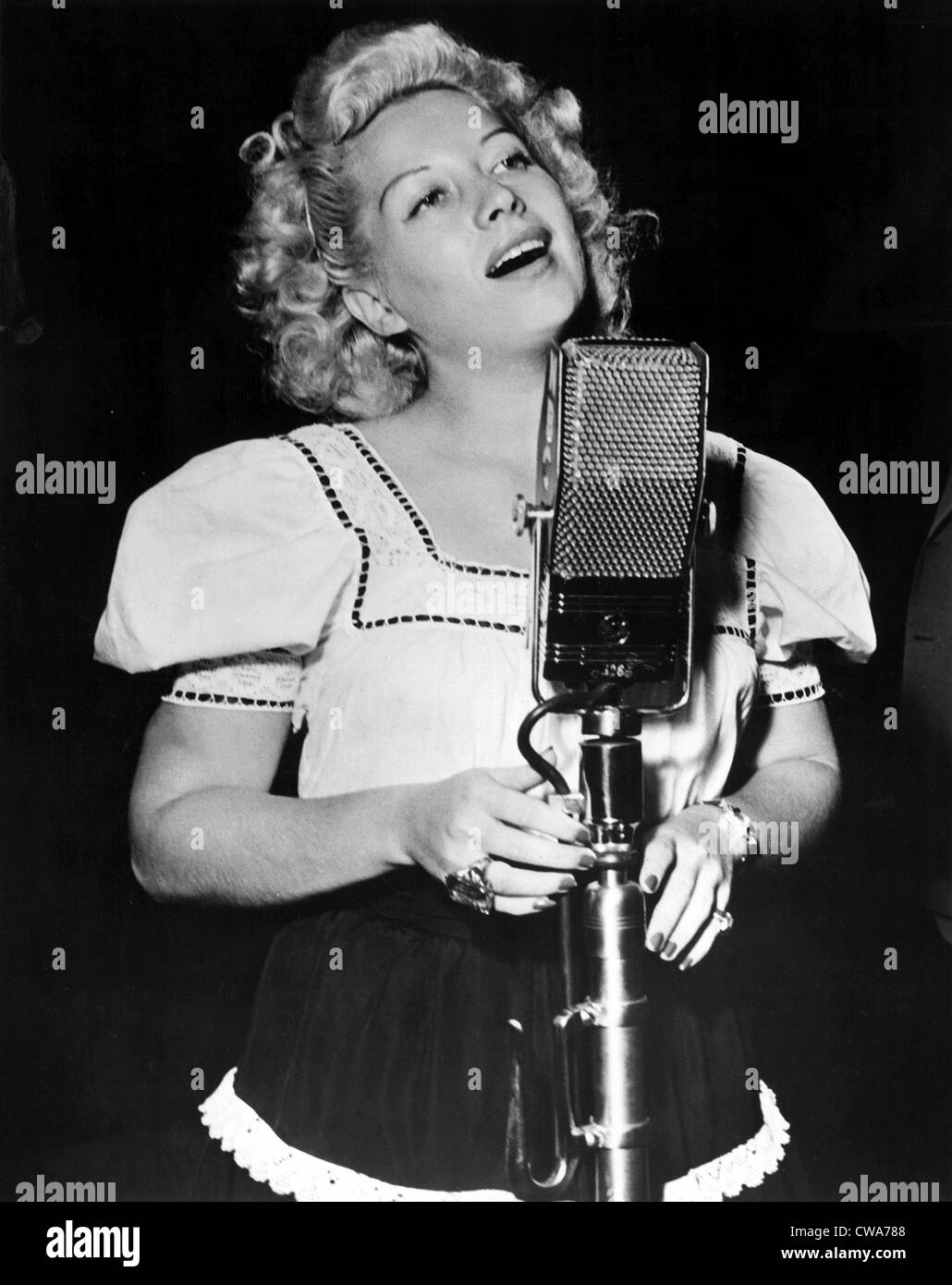 Helen Forrest singing for the G.I.'s in 1944. Courtesy: CSU Archives / Everett Collection - Stock Image
