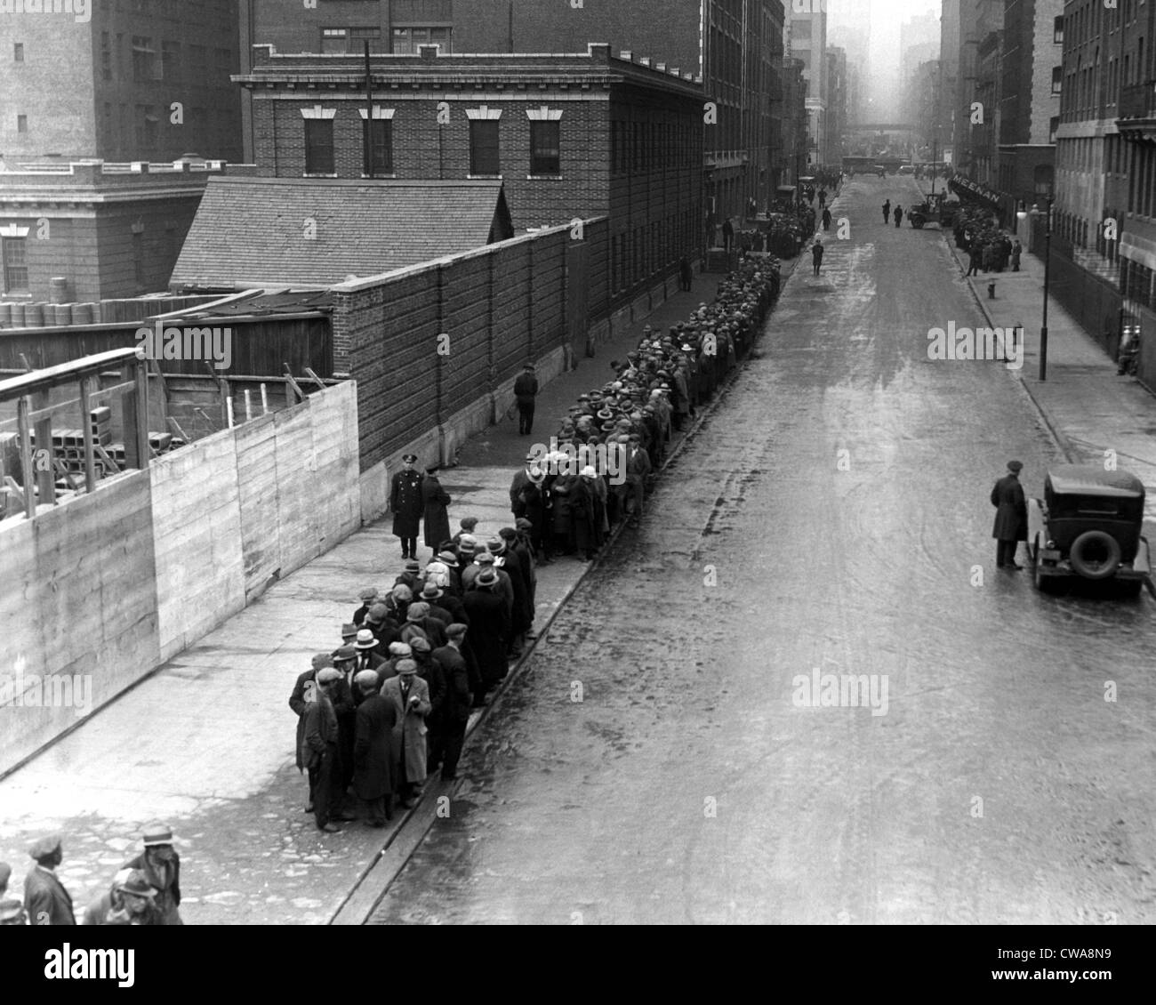Men wait in line for food on East 25th Street, New York City, 1930.  Courtesy: CSU Archives/Everett Collection - Stock Image