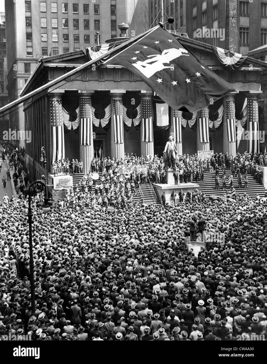 General view during ceremonies at the greatest War-Bond rally in the history of N.Y.C. on the steps of the Sub-Treasury - Stock Image