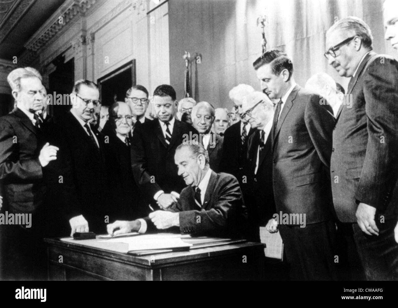 LYNDON JOHNSON, signing civil rights housing law, 04/11/68.. Courtesy: CSU Archives / Everett Collection - Stock Image