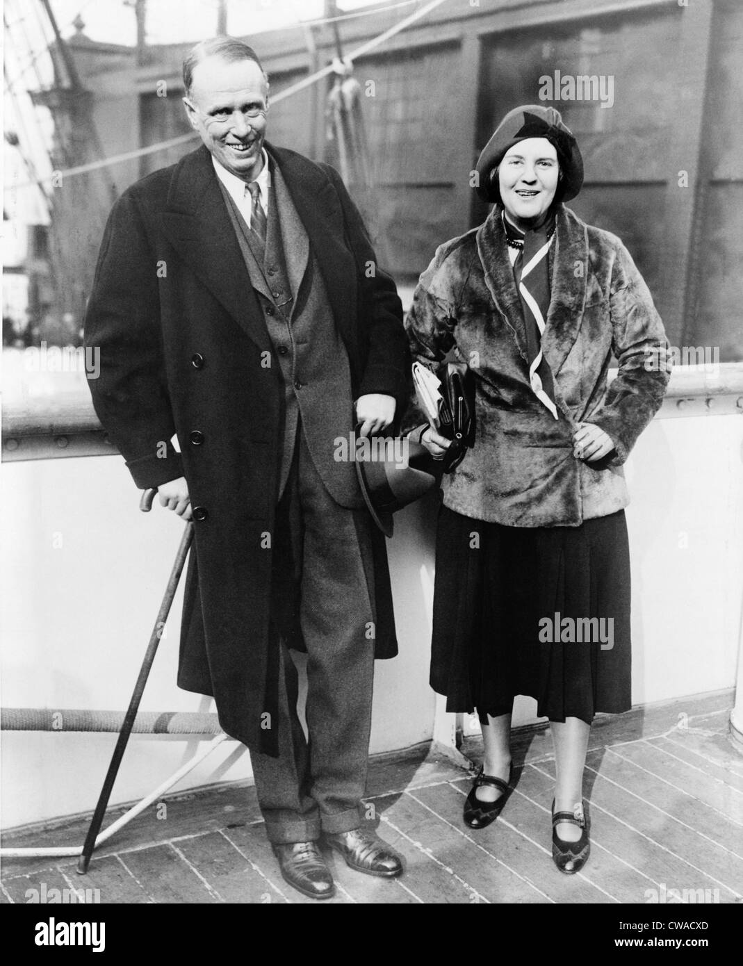 Sinclair Lewis, 1885-1951, the first American awarded the Nobel Prize for Literature, sails with his wife from New - Stock Image