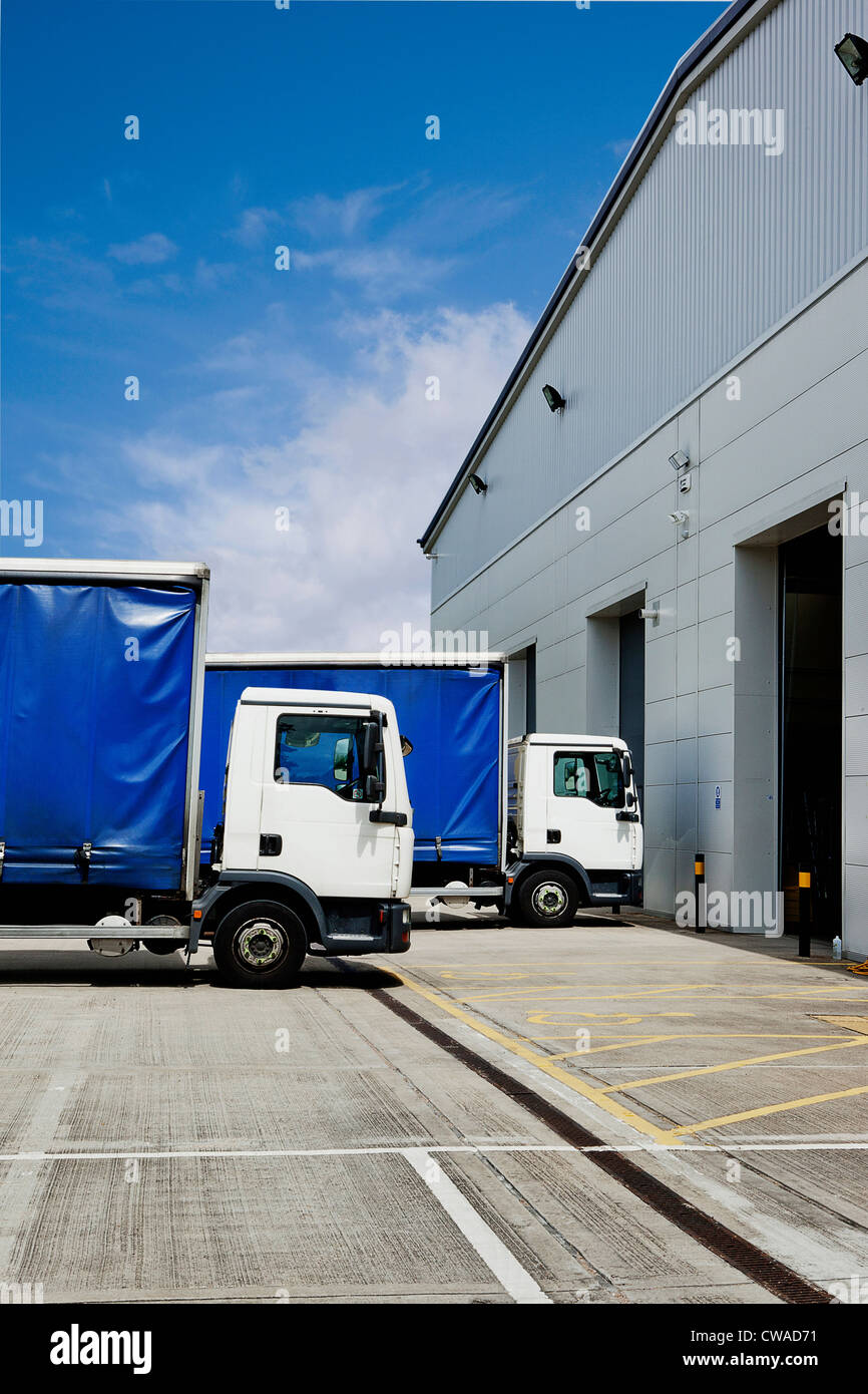 Truck parked outside distribution warehouse - Stock Image