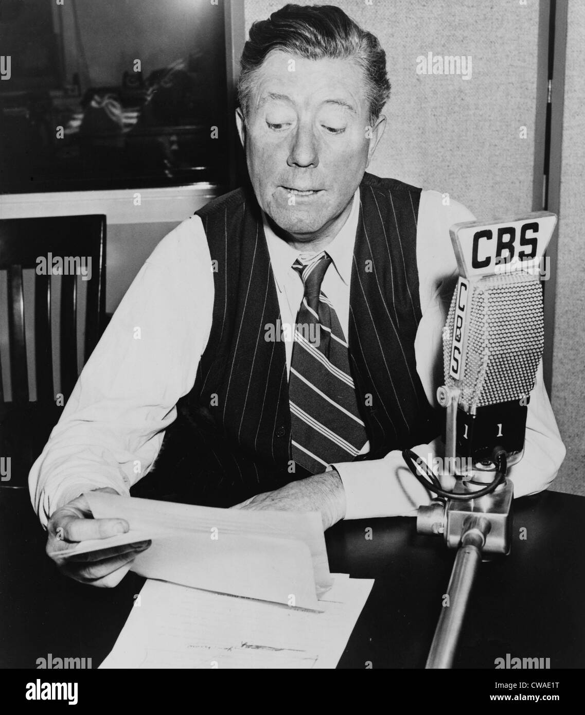 Frazier Hunt, (1885- ) early newscaster, seated at desk behind CBS microphone. 1941. - Stock Image