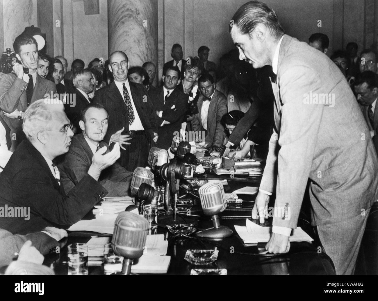 Howard Hughes (right) confers with Senator Homer Ferguson, chairman of the Senate War Investigation subcommittee, - Stock Image